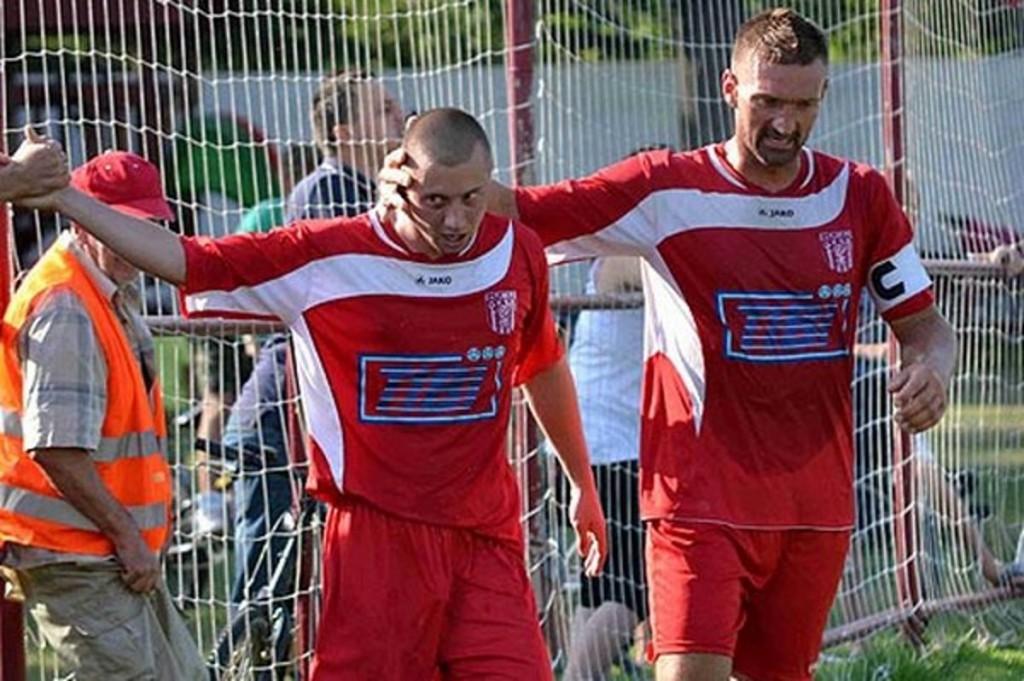 Vrtký Erik Penzeš (vľavo) dal na jeseň v piatej lige iba jeden gól, na jar sa môže reštartovať v šiestej.